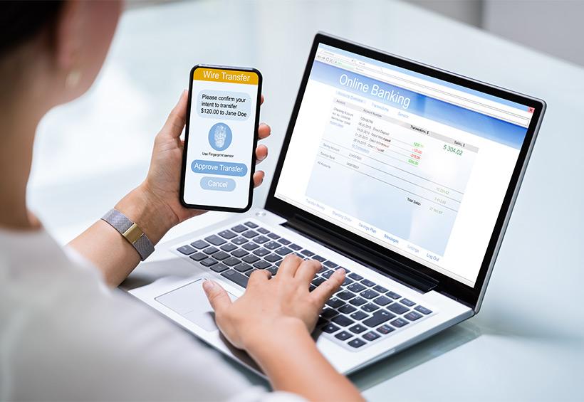 Mujer con celular y computador