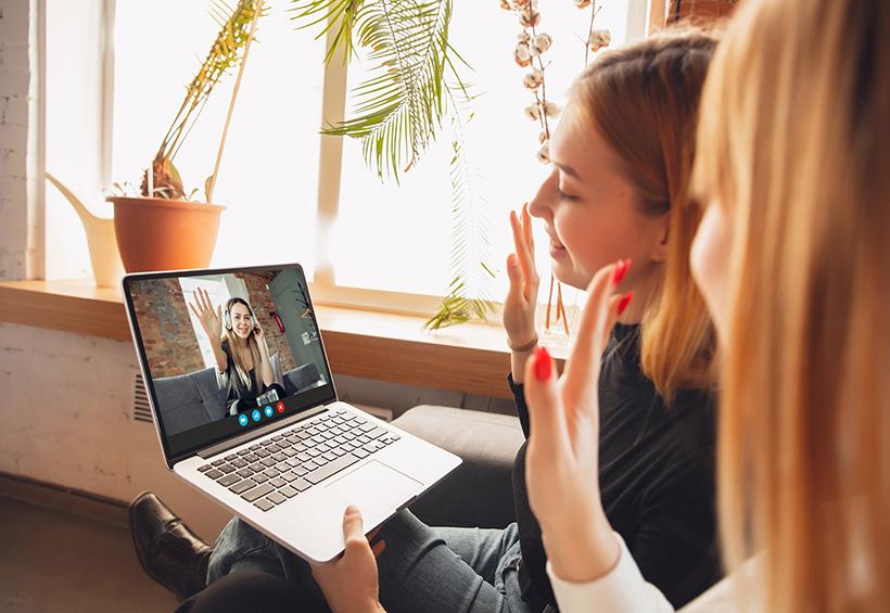 Mujeres en una videollamada